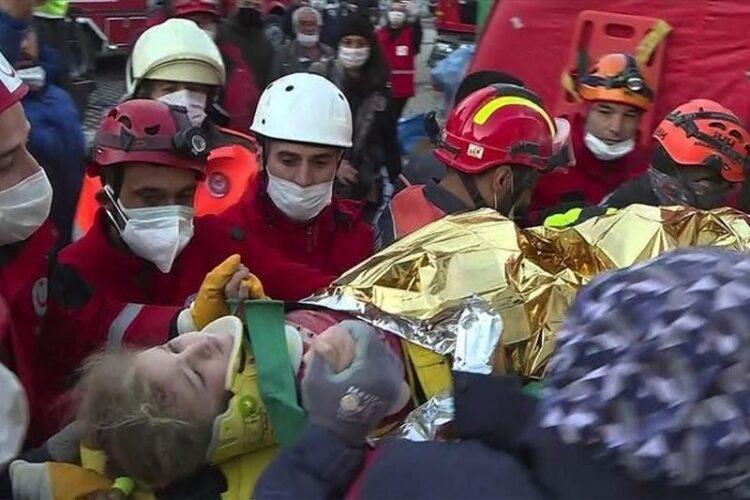 Трехлетняя девочка 65 часов лежала под завалами после землетрясения в Турции 1