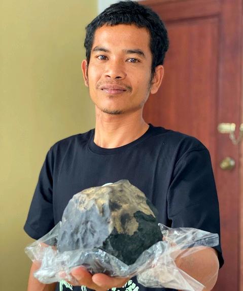 Миллионером стал бедный индонезиец, в дом которого влетел метеорит 1