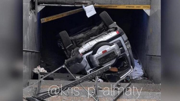 Mitsubishi с детьми внутри врезался в остановку и упал в подземный переход в Алматы 1