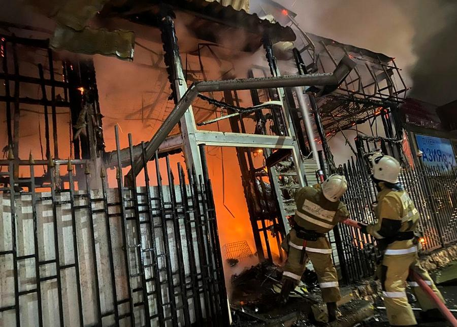 В Алматы дотла сгорел магазин 1