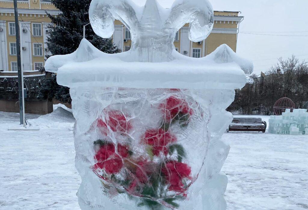 Живую рыбу заморозили в глыбе льда и поставили в центре Петропавловска 1