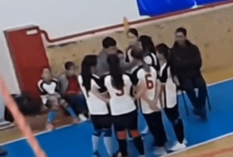Казахстанец избивал юных волейболисток на детском турнире и попал на видео 1
