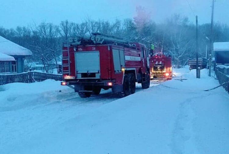 В ВКО пожарные вытащили из горящего дома двух женщин 1