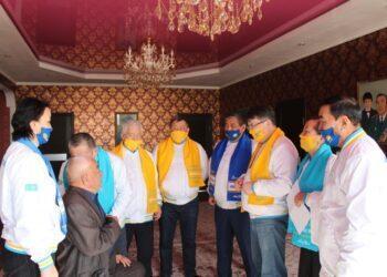 Кандидаты от партии Nur Otan встретились с 96-летним ветераном труда 2