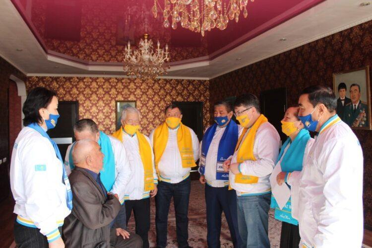 Кандидаты от партии Nur Otan встретились с 96-летним ветераном труда 1