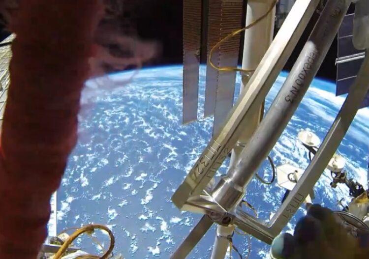 Астронавт опубликовал видео из открытого космоса 1