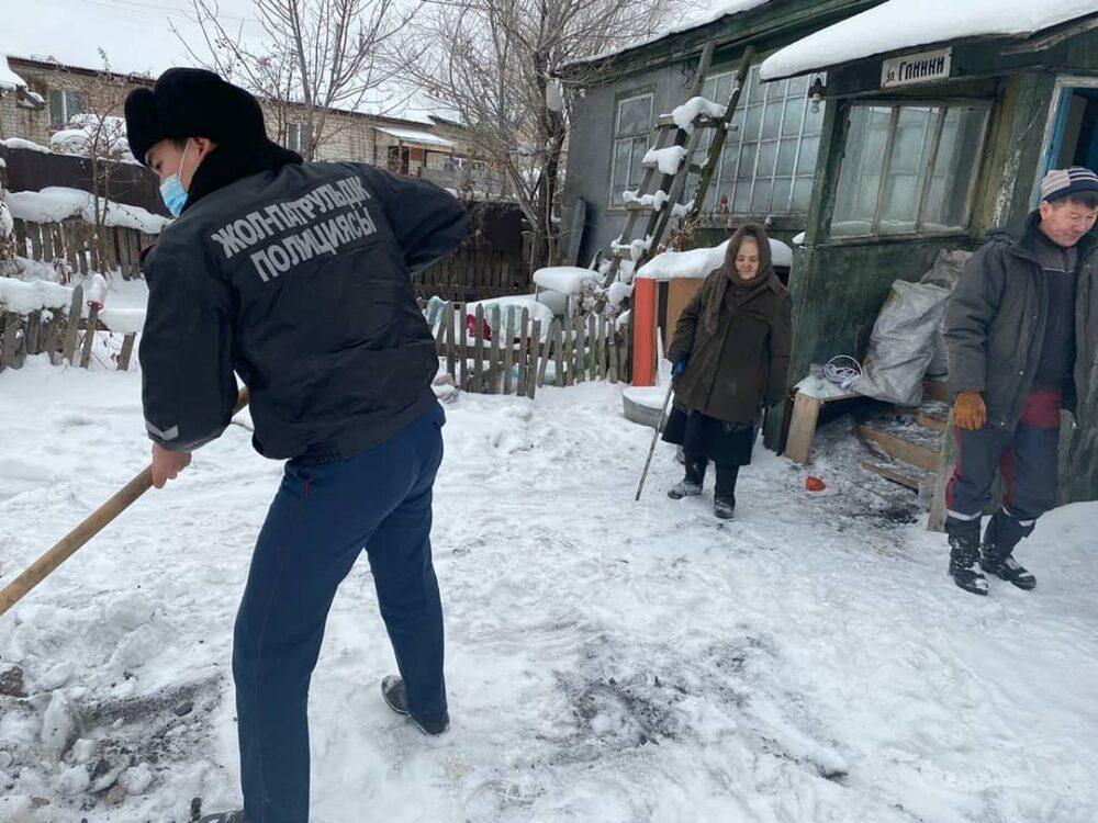 Замерзающую в своем доме астанчанку растрогали полицейские 1