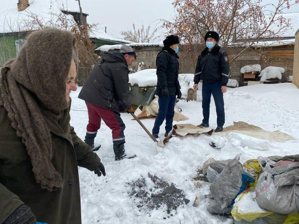 Замерзающую в своем доме астанчанку растрогали полицейские 2