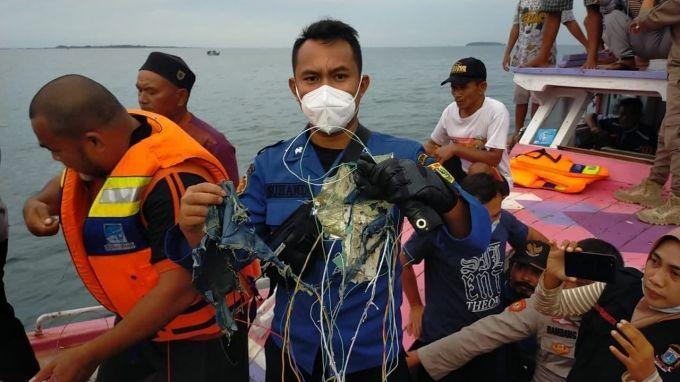 Пассажирский самолет пропал из радаров и разбился в Индонезии 1