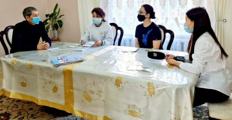 Поддержку многодетной семье пообещали кандидаты от Nur Otan в Атырау 1