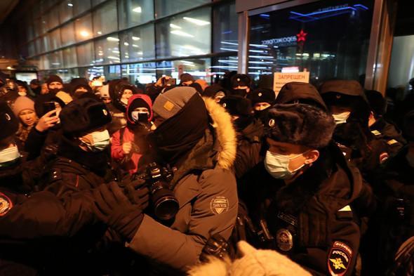 Самолет с Навальным на борту приземлился в Шереметьево 1