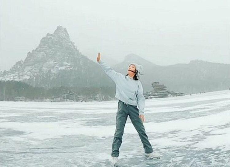 Фигуристка Элизабет Турсынбаева станцевала на замерзшем озере в Боровом 1