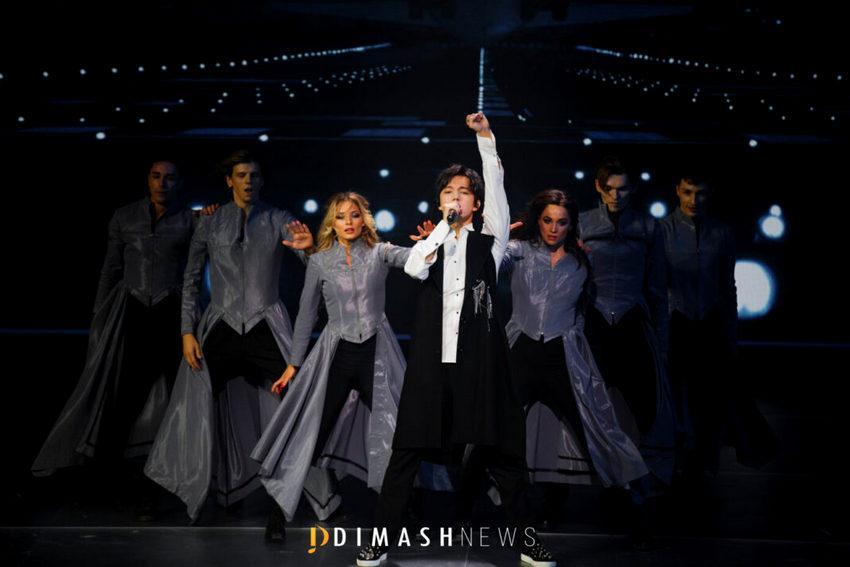 Димаш на своем концерте DIMASHDIGITALSHOW спел на шести языках 3