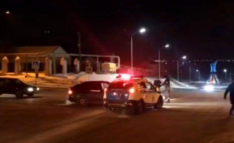 Машина автошколы и полицейский внедорожник столкнулись в Костанае 1
