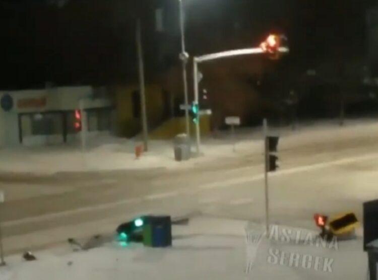 Пьяный водитель снес светофор в Нур-Султане 1