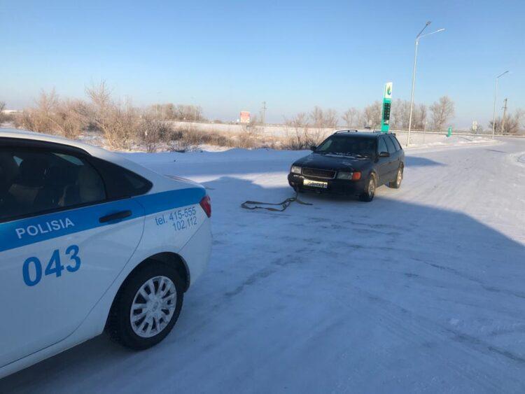 Замерзающего на трассе карагандинца спасли полицейские 1