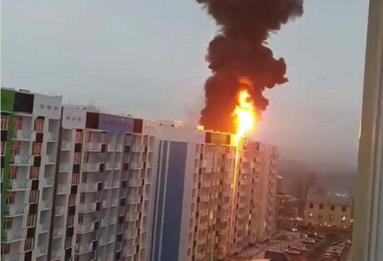 Жилой комплекс загорелся в Алматинской области 1