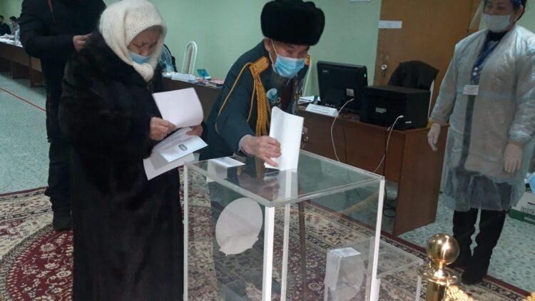 Старейший житель Караганды пришел на выборы в Караганде 1