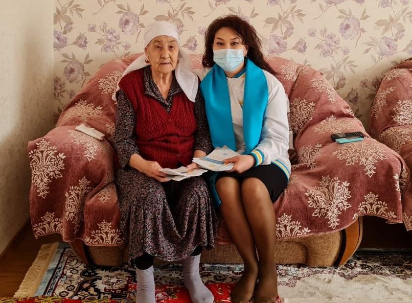 Поддержку многодетной семье пообещали кандидаты от Nur Otan в Атырау 2