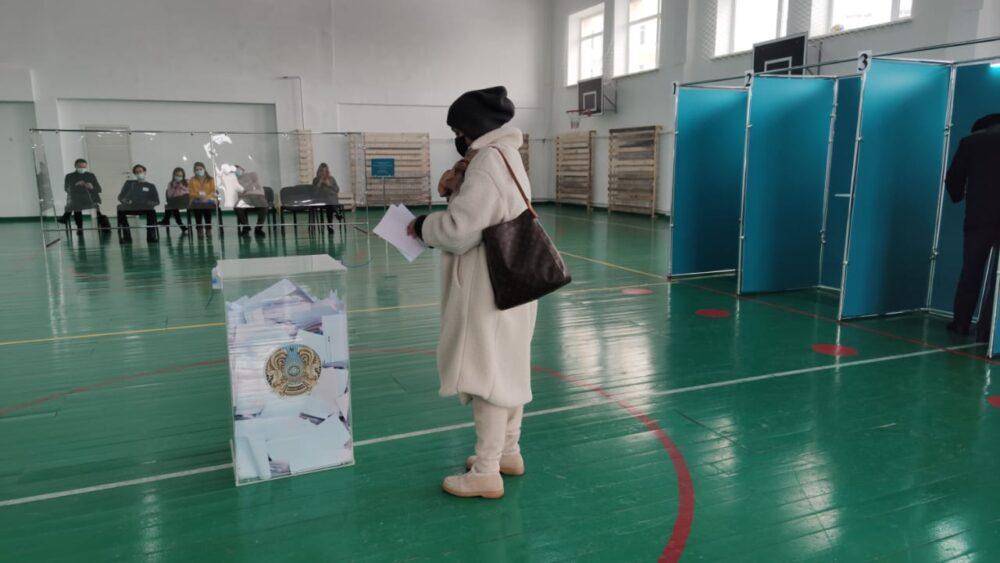 Книги Абая раздают на одном из избирательных участков в Нур-Султане 1
