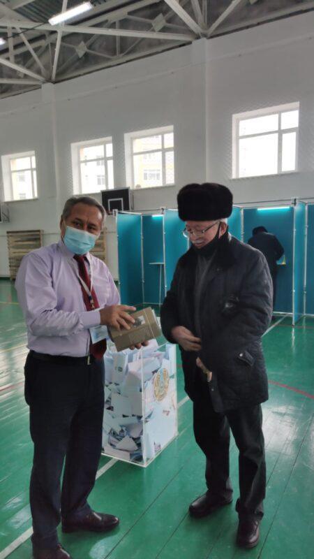 Книги Абая раздают на одном из избирательных участков в Нур-Султане 3