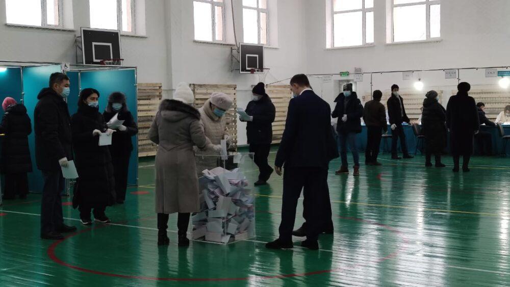 Книги Абая раздают на одном из избирательных участков в Нур-Султане 2