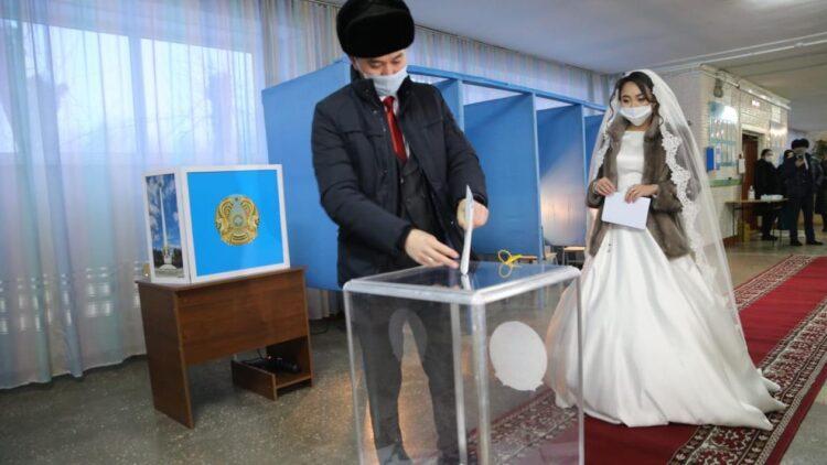 Перед свадьбой жених и невеста пришли голосовать в Караганде 1