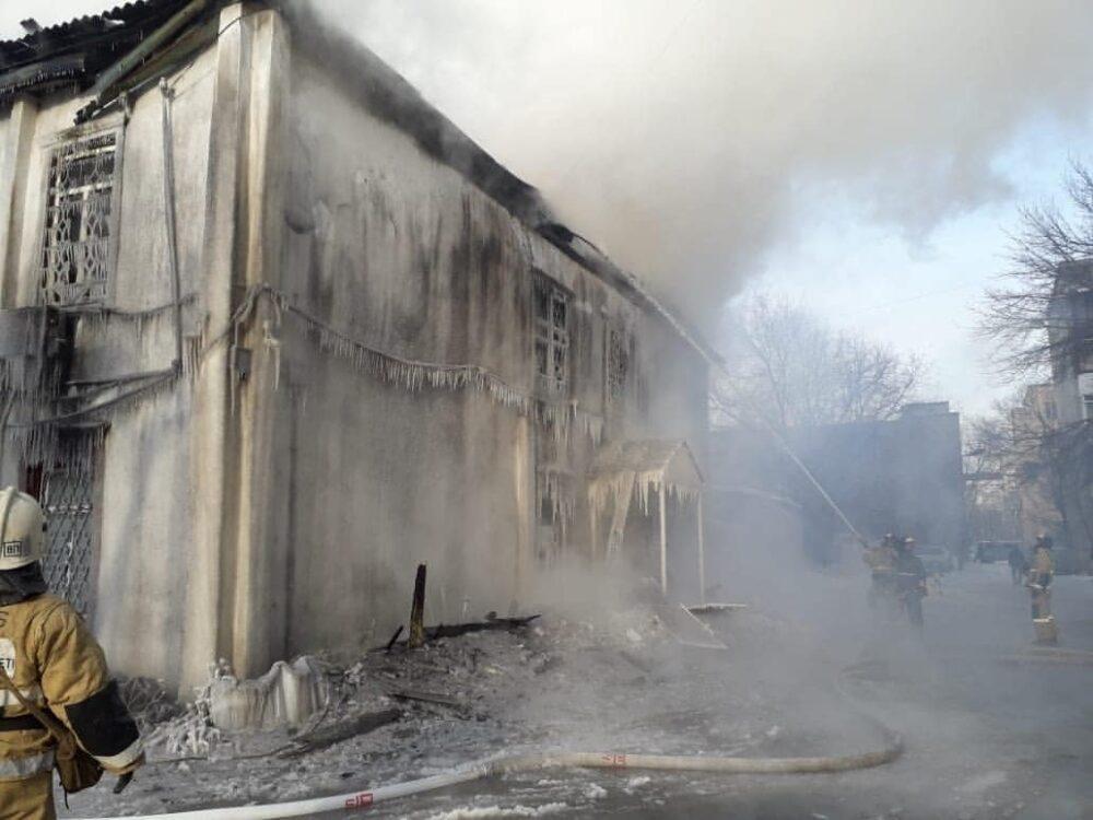 142-летнее здание пытаются потушить пожарные Семея 1