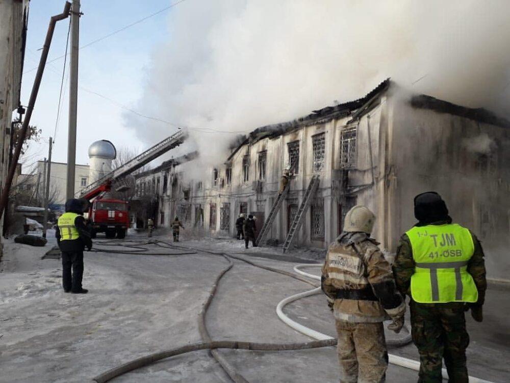 142-летнее здание пытаются потушить пожарные Семея 2