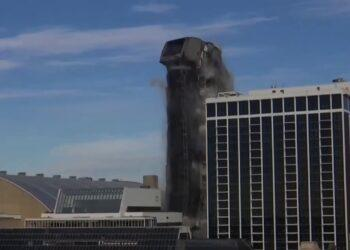 В США взорвали 39-этажный отель Трампа. Он рухнул за полминуты 1