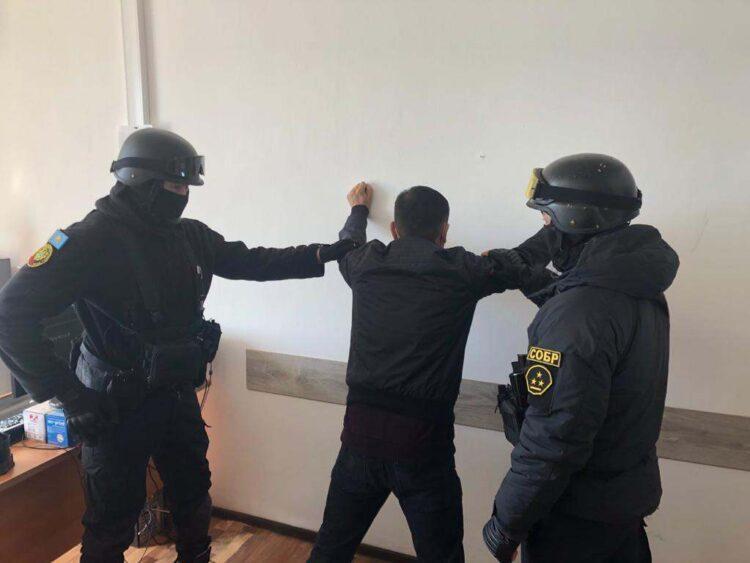 На фото: один из подозреваемых/ Polisia.kz