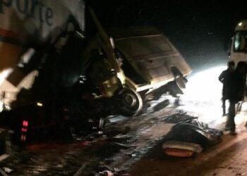 """В ВКО грузовик врезался в """"скорую"""". Умерли двое 1"""