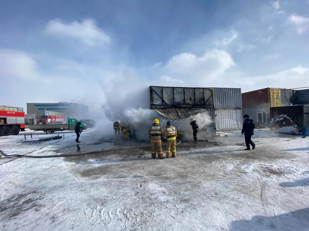 В Нур-Султане горит центральный рынок 2