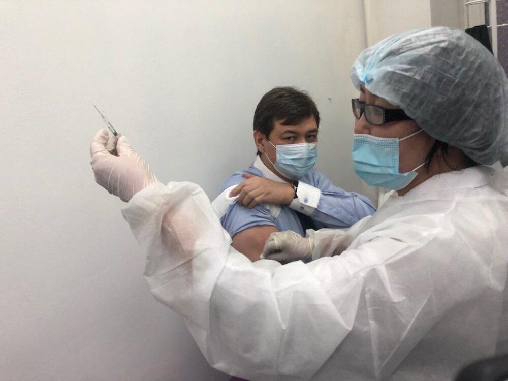 Вакцина от коронавируса: прививки получили вице-министры здравоохранения 1