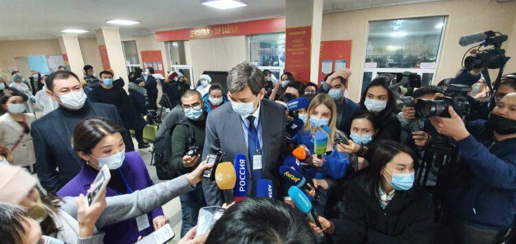 Фото: Алена Бутенко / Ерлан Киясов в окружении журналистов