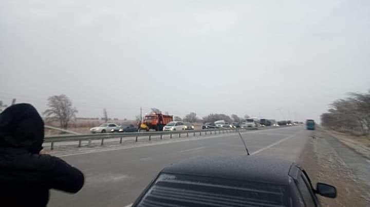Ураган повалил столбы на трассе в Туркестанской области 1