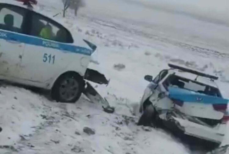 Житель Шымкента на BMW протаранил две полицейские машины 1