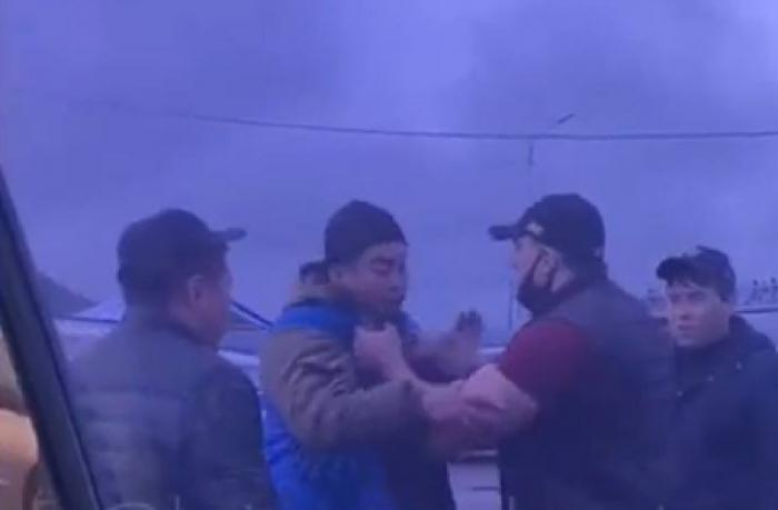 """Проще разговаривай: появилось видео начала конфликта возле рынка """"Алтын орда"""" 1"""
