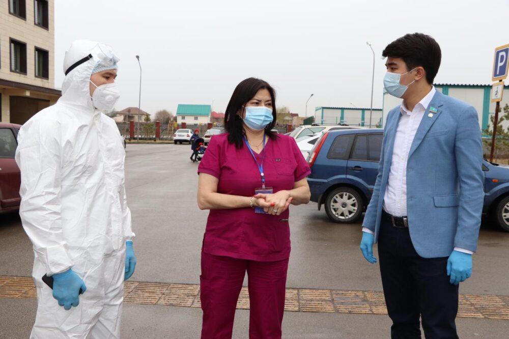 Нуротановец подарил кислородные концентраторы Алматинской поликлинике 3