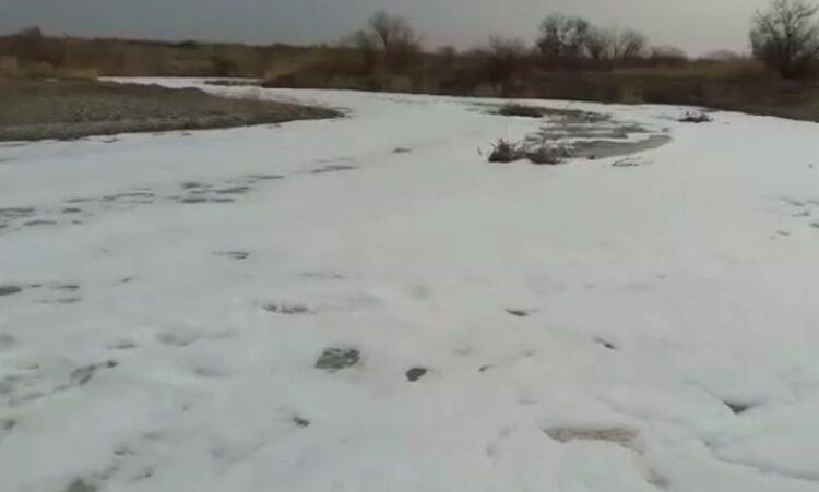 Река Усек в Алматинской области покрылась пеной 1