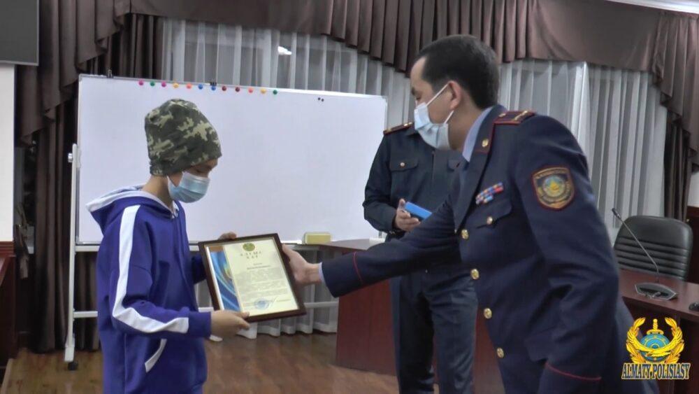 Подросток дал отпор грабителю: полиция Алматы наградила смелого мальчика 2