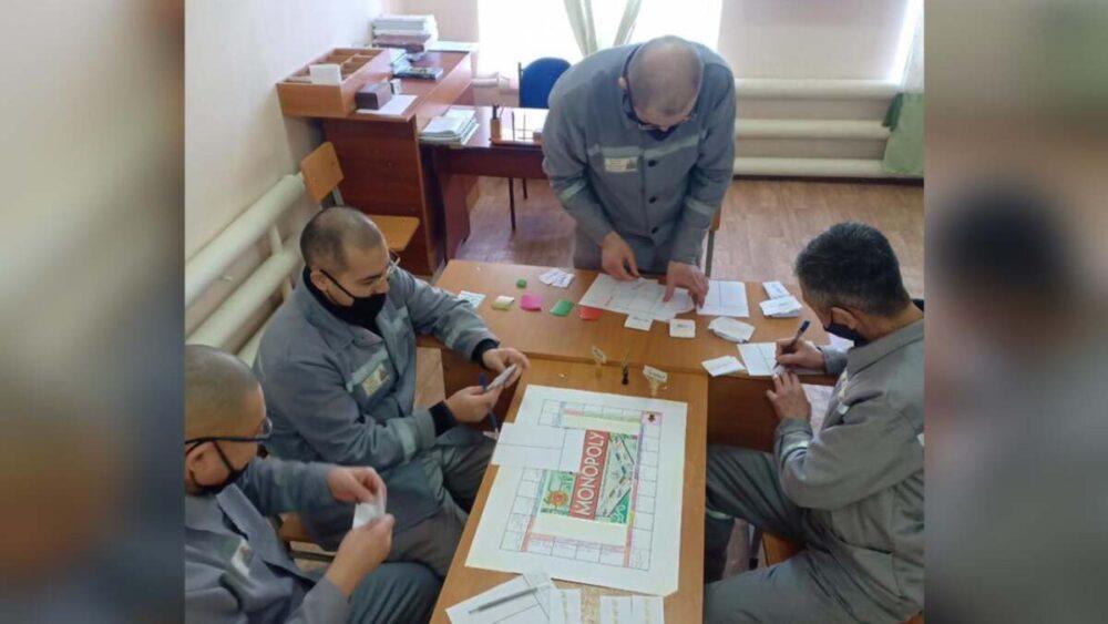 Казахстанские заключенные играют в монополию. Что у них происходит? 1