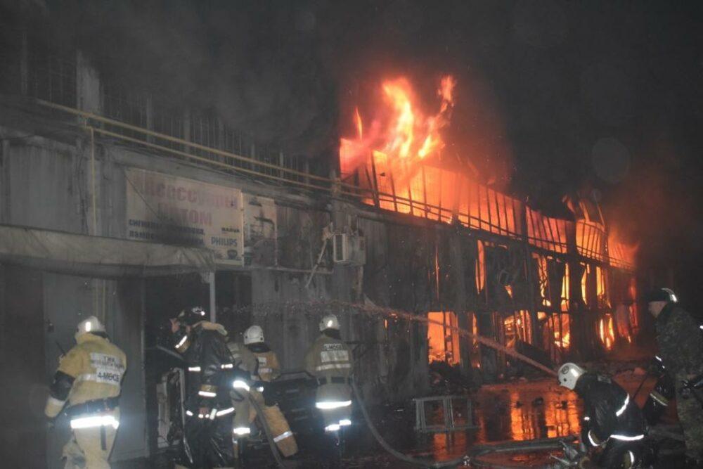 Почти 2,5 часа тушили пожар на складе автозапчастей в Шымкенте 1
