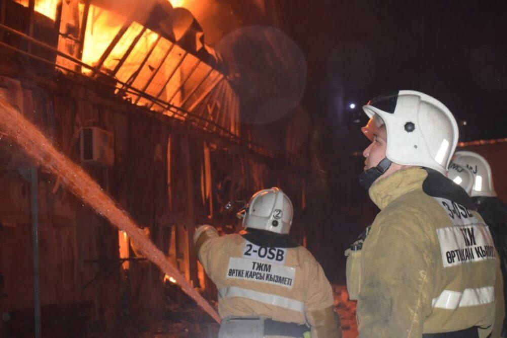 Почти 2,5 часа тушили пожар на складе автозапчастей в Шымкенте 2