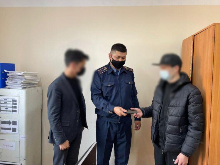 Лжеполицейский отчитал за курение и ограбил студента в Актобе 1