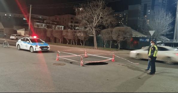 Автомобиль провалился в дыру на дороге в Нур-Султане 1