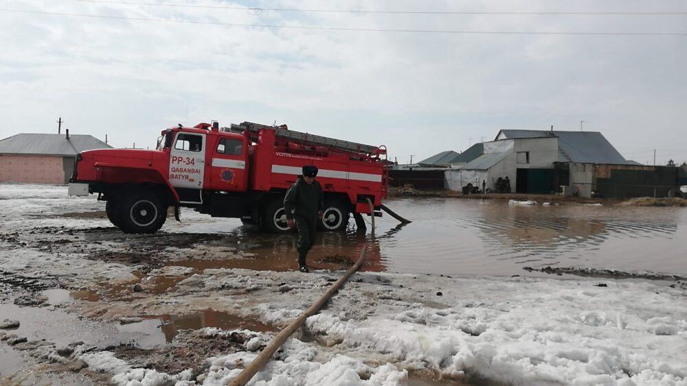 Затопило за 15 минут: МЧС спасает пригород Нур-Султана от потопа 1