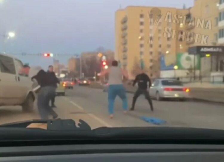 Трое мужчин подрались на проезжей части в Нур-Султане 1
