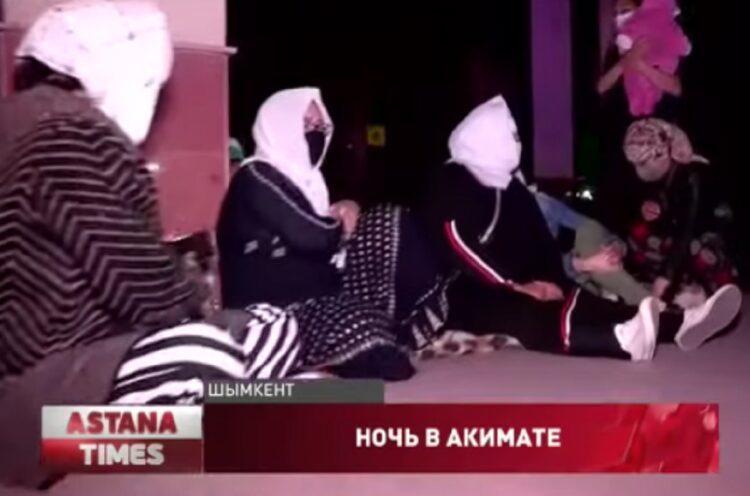 В Шымкенте многодетные матери ночевали у порога акимата 1