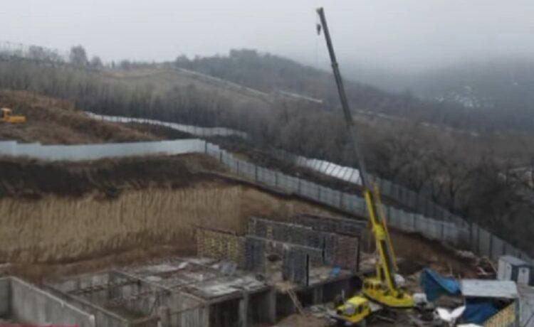 Строят братскую могилу: жители многоэтажки боятся, что дом провалится в котлован в Алматы 1